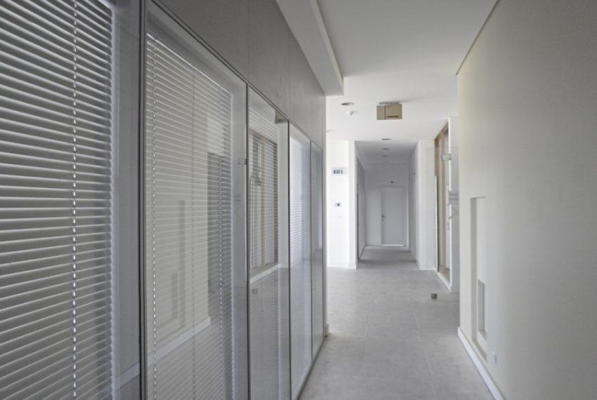 edificio_b_corredor_escritorios_1479573099547da451299a0